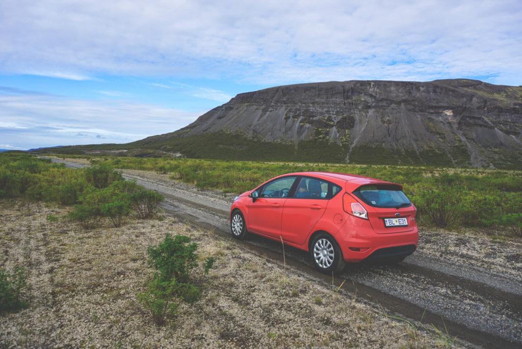 Eine Asche- und Sandsturmversicherung haben wir nicht abgeschlossen (15€ - 20€ pro Tag extra). Diese Vulkanasche und starke Sandstürme können den Autolack abscheuern. Der Wagen kann bei starkem Wind sogar umkippen.