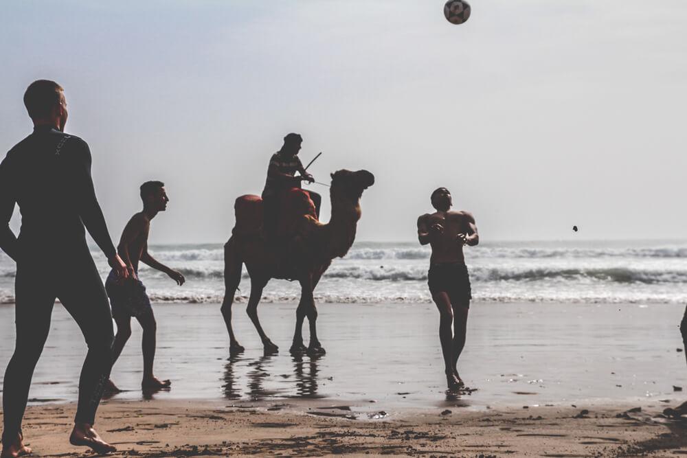 Atlantik-Marokko-Taghazout-Strand-Kamel-Fussball