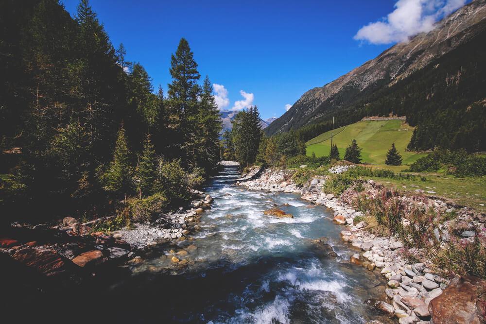 Oetztal-Oesterreich-Fluss-Tal-Berge-Wiesen-WandernTirol