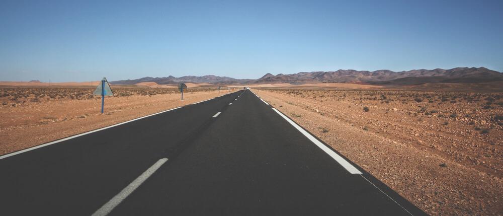 Steinwueste-Marokko-Rundreise-Strasse
