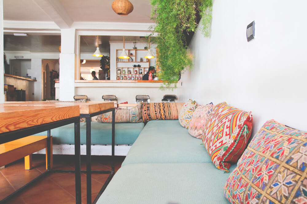 Surf-Maroc-Mouja-Cafe-Innenansicht-Marokko-Taghazout