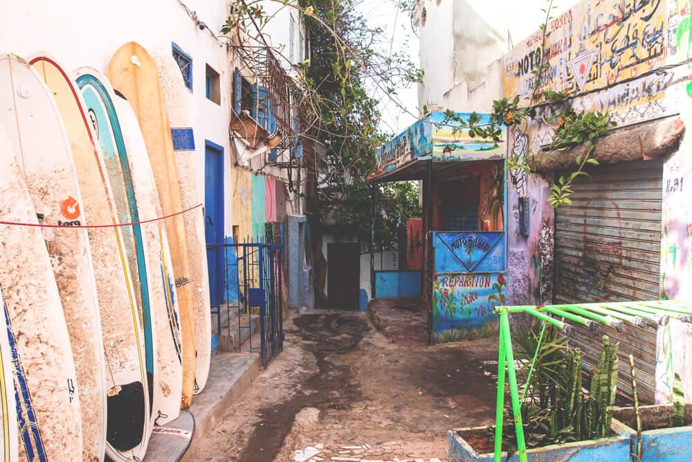 Surfen-Taghazout-Marokko-Surfbrett-Strassen-Dorf