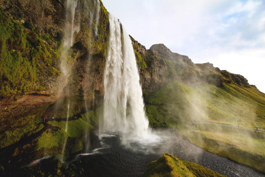 island-rundreise-highlights-sueden-seljalandsfoss-wasserfall-2