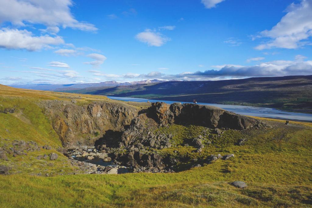 island-rundreise-osten-hengifoss-wanderung