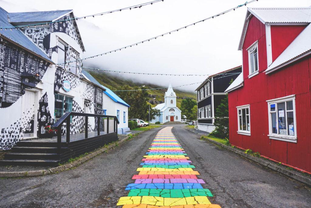 island-rundreise-osten-ostfjorde-seydisfjördur-bunter-streifen