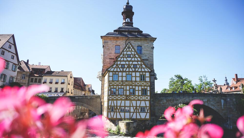 Bayern-Stadt-Bamberg-Altes-Rathaus-Regnitz-Blumen