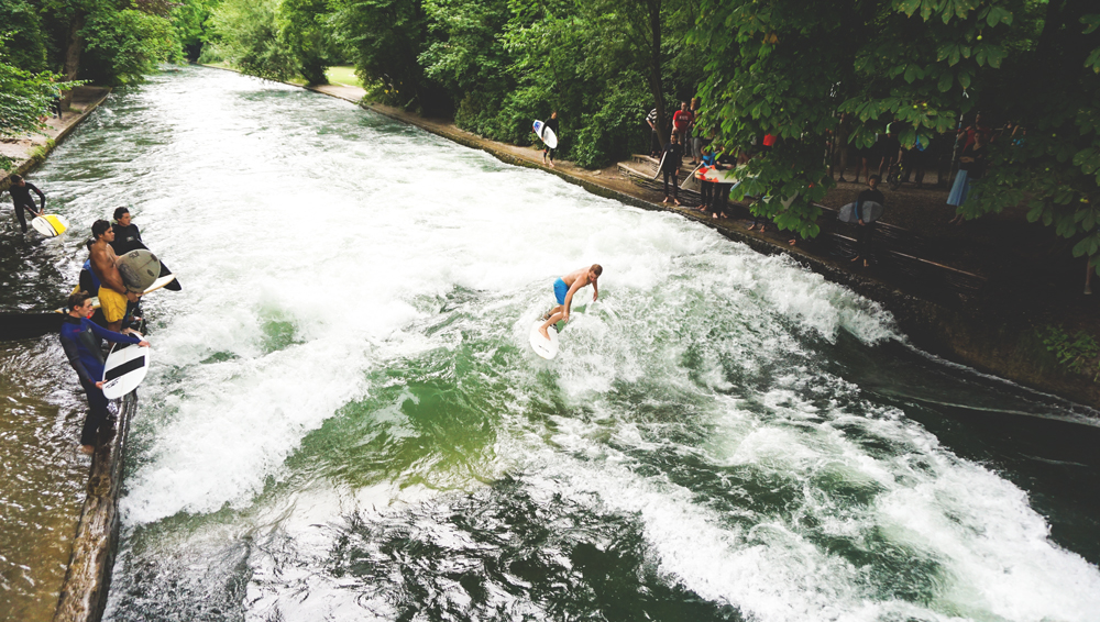 Eisbachwelle-Muenchen-Englischer-Garten-Surfen