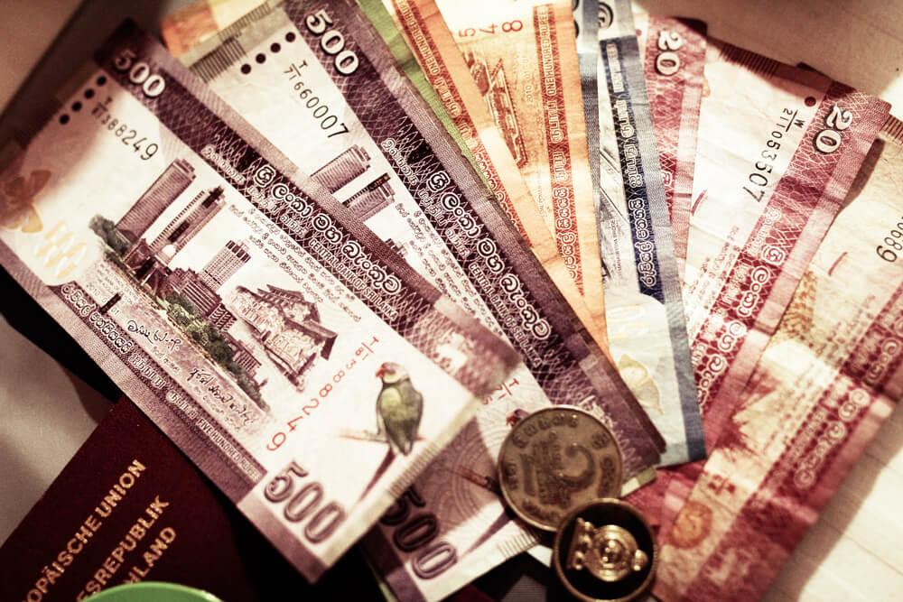 Geld-Abheben-Sri-Lanka-Colombi-Waehrung-Bargeld