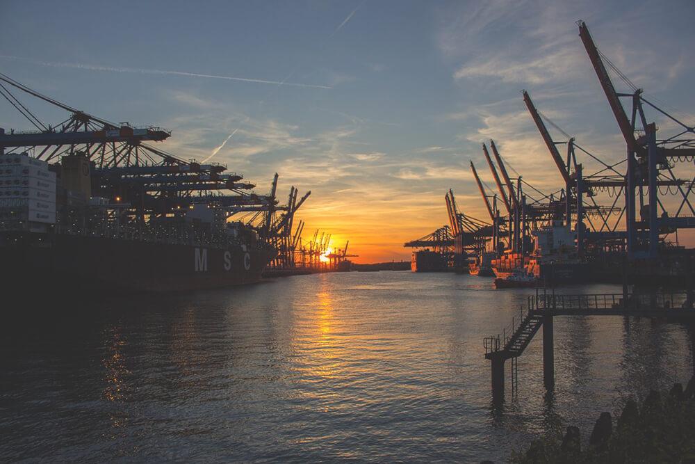 Hamburger-Hafen-Schiffe-Sonnenuntergang