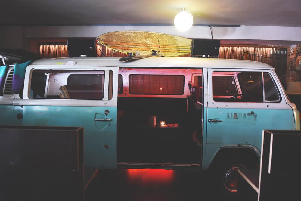 Koeln-Die-Wohngemeinschaft-VW-Bus-Cafe-Bar