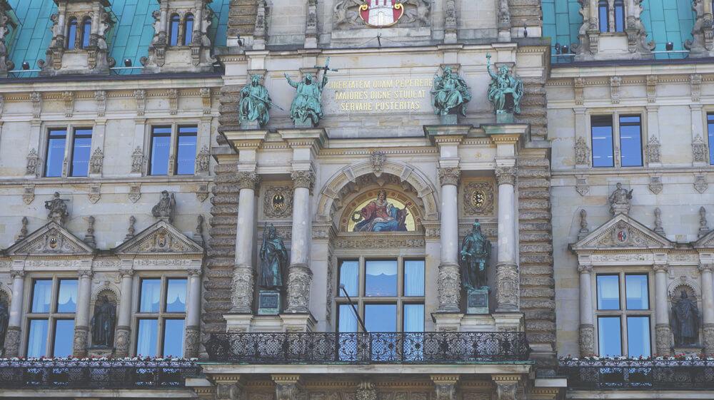 Rathaus-Hamburg-Statuen
