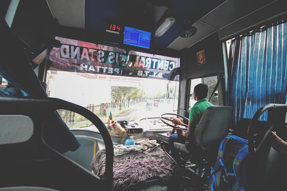 Sri-Lanka-Bus-Fahren-Verkehr-Colombo