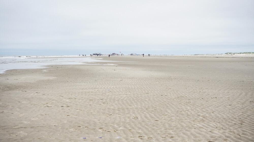 Weiter-Strand-St-Peter-Ording-Meer-Nordsee