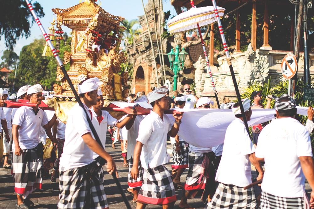 Zeremonie-Ubud-Bali-Indonesien-Strassen