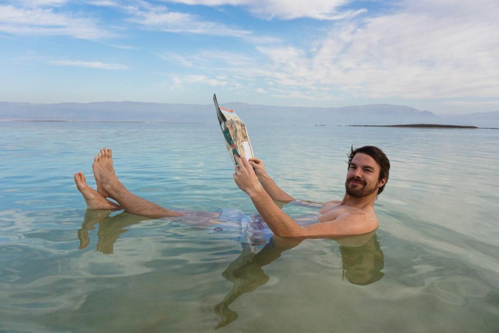 totes-meer-baden-israel-schweben-salzwasser