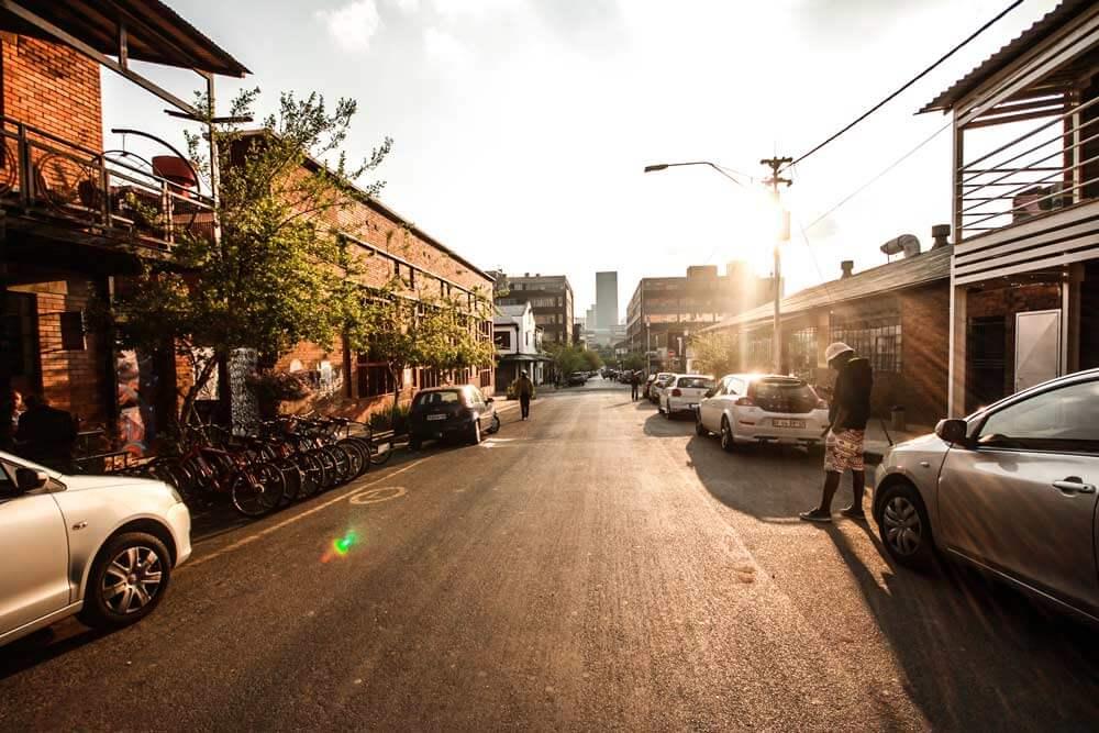 Curiocity-Hostel-Johannesburg-Maboneng-Strasse-Aussenansicht-Sunset