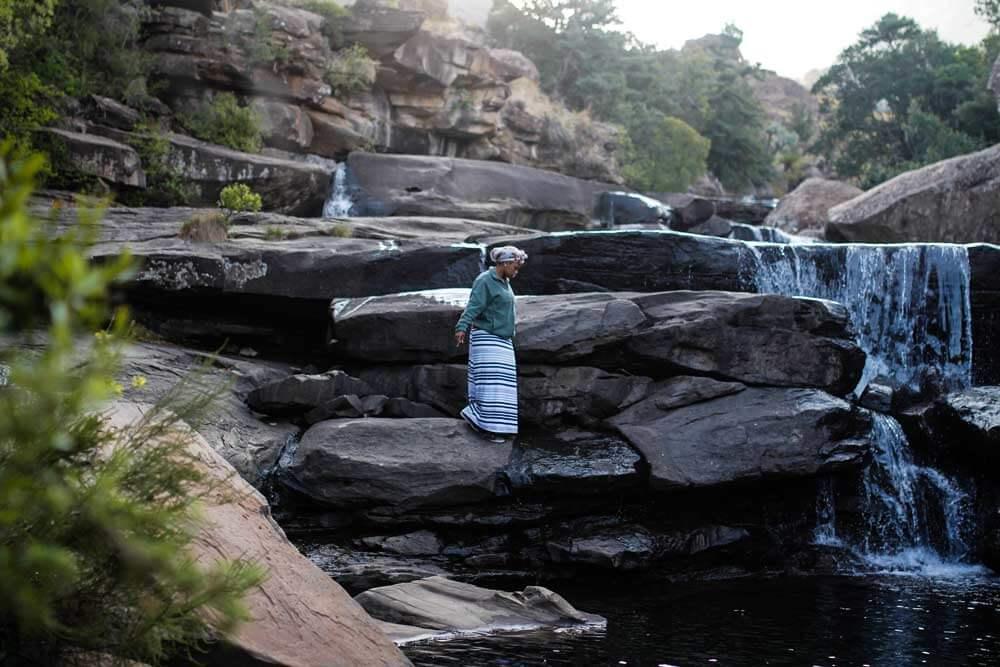Drakensberge-Cascades-Pool-Frau-Suedafrika-Rundreise-Tour