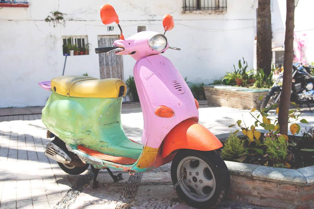 Marbella-Altstadt-bunter-Roller-Andalusien-Spanien
