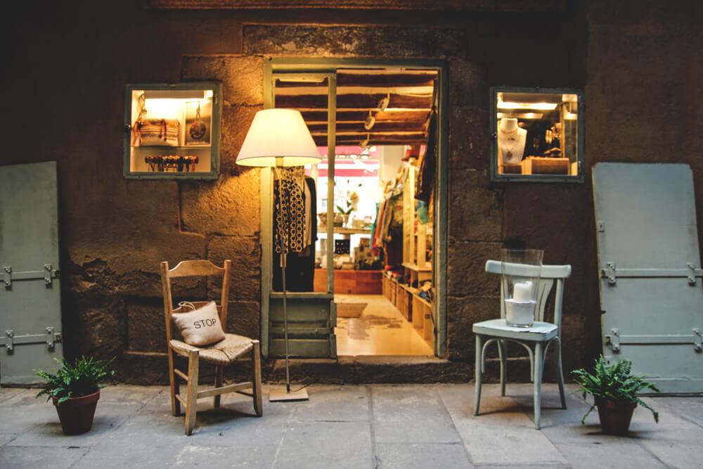 Vintage-Boutique-Geschaeft-Barcelona-Strassen-Spanien-Retro-Kleidung
