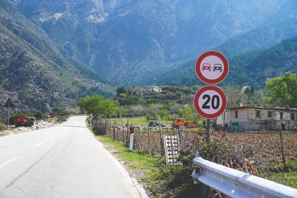 autofahren-in-albanien-verkehrsregeln-strassenschild