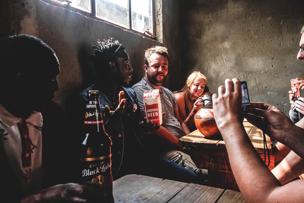 soweto-twonship-johannesburg-traditionelles-pub-bier