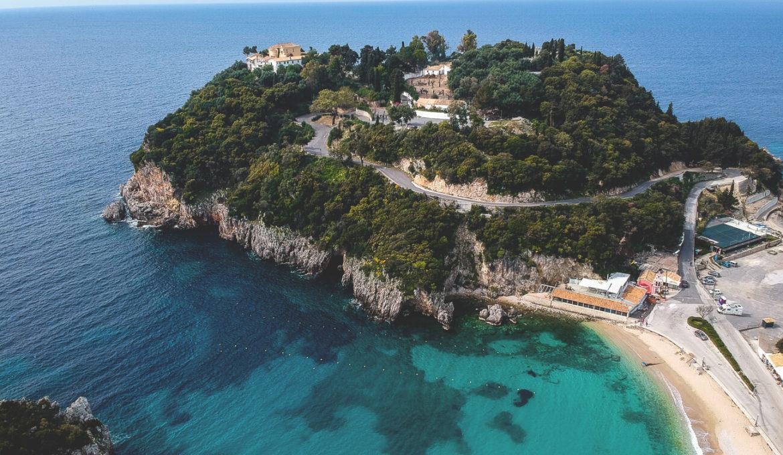 Kurzurlaub-Korfu-Paleokastritsa-Huegel-Kloster-Drohne
