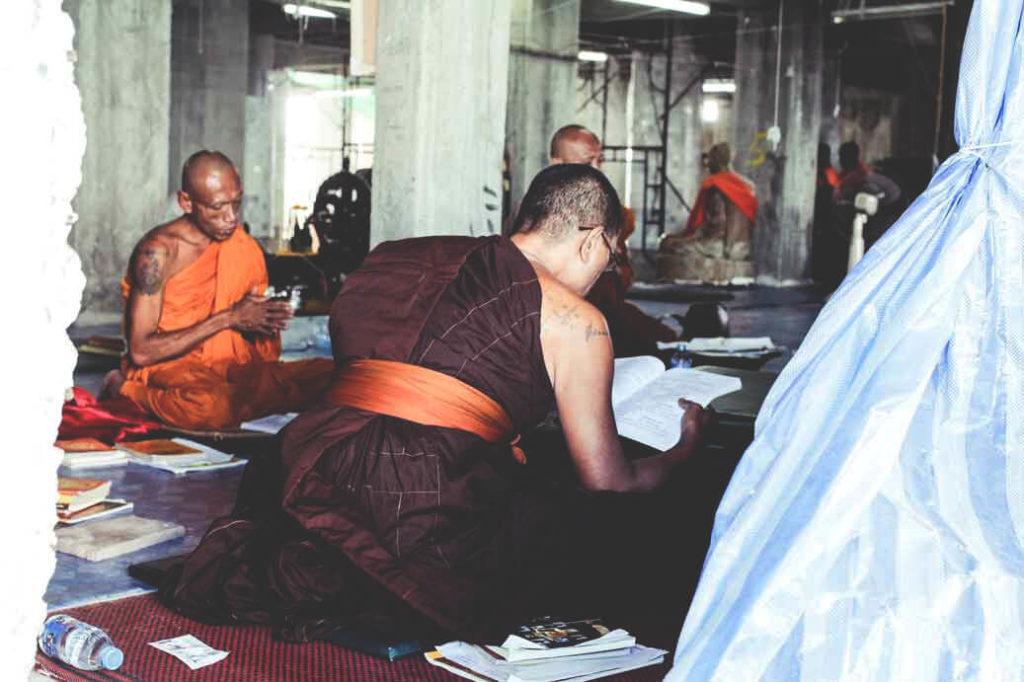 Moenche-Phuket-Big-Buddha-Gebet