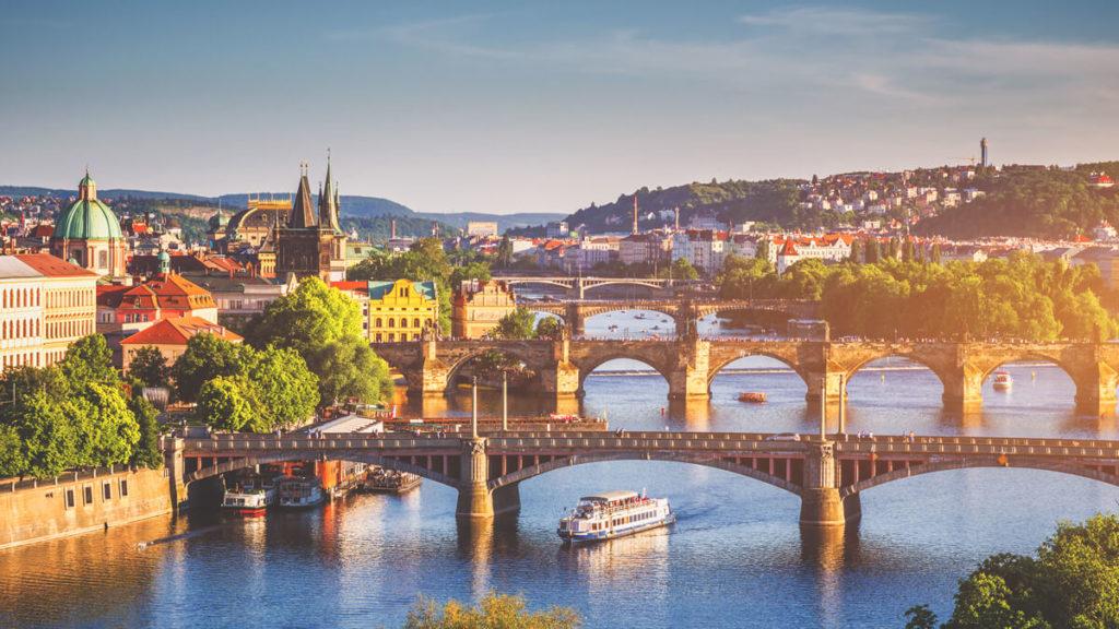 Prag-Sehenswuerdigkeiten-Aussicht-Bruecke-Moldau