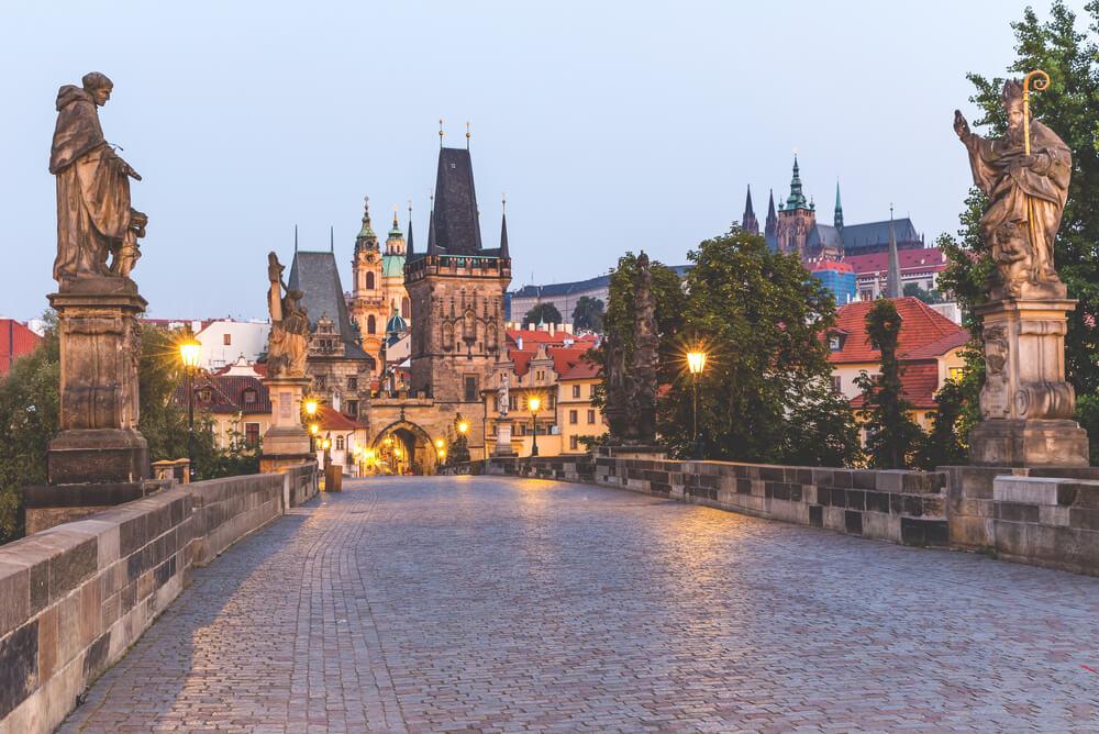 Prag-Sehenswuerdigkeiten-Karlsbruecke-Abends