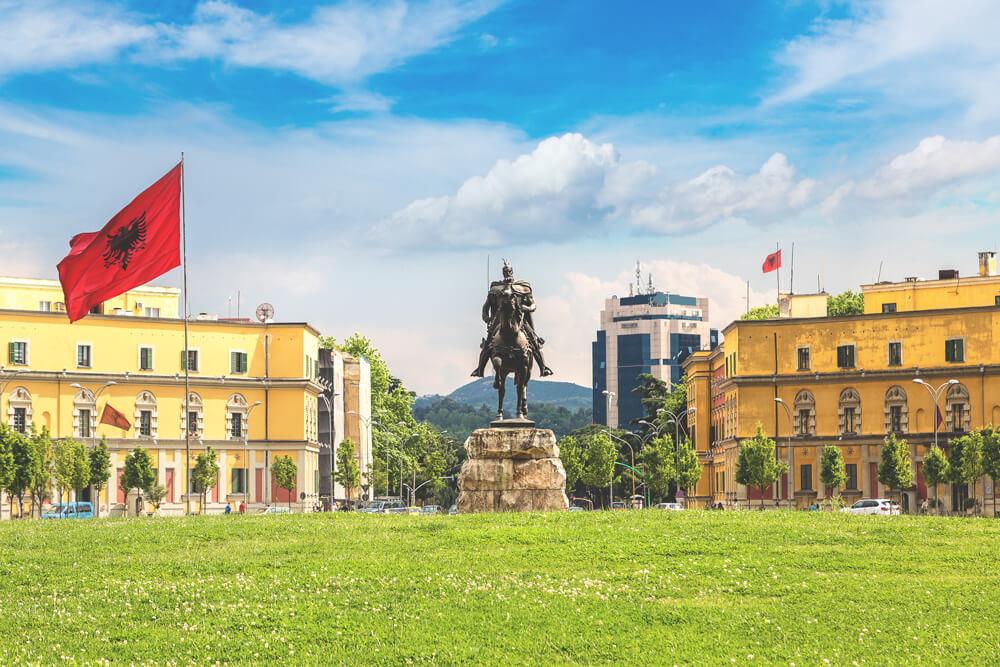 Sehenswuerdigkeiten-in-albanien-tirana-skanderbeg-platz