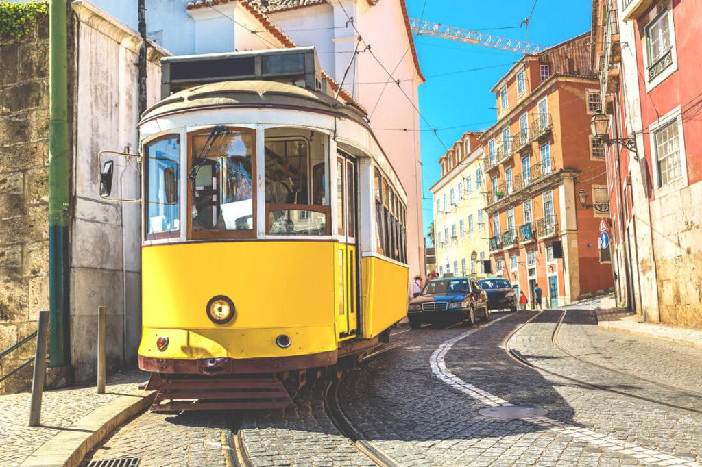 portugal-sehenswuerdigkeiten-lissabon-tram-strassenbahn.altstadt