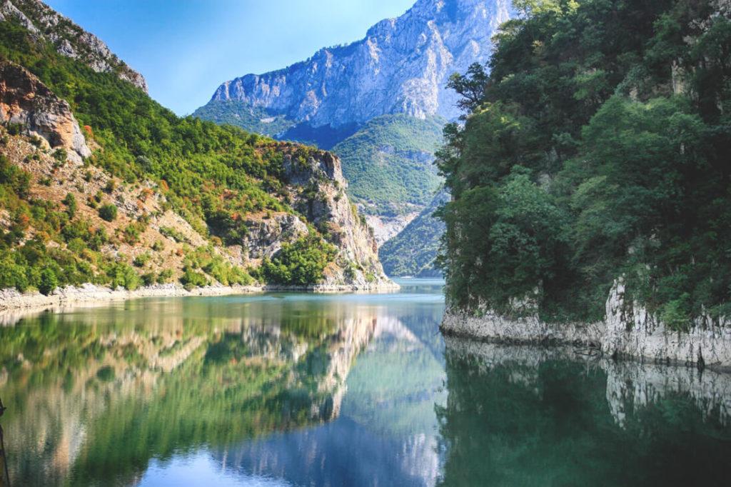 sehenswuerdigkeiten-in-albanien-koman-see
