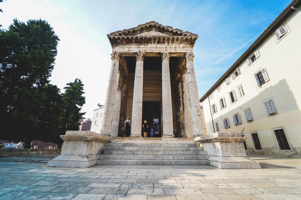 Pula-Sehenswuerdigkeiten-Augustustempel-Forum-1