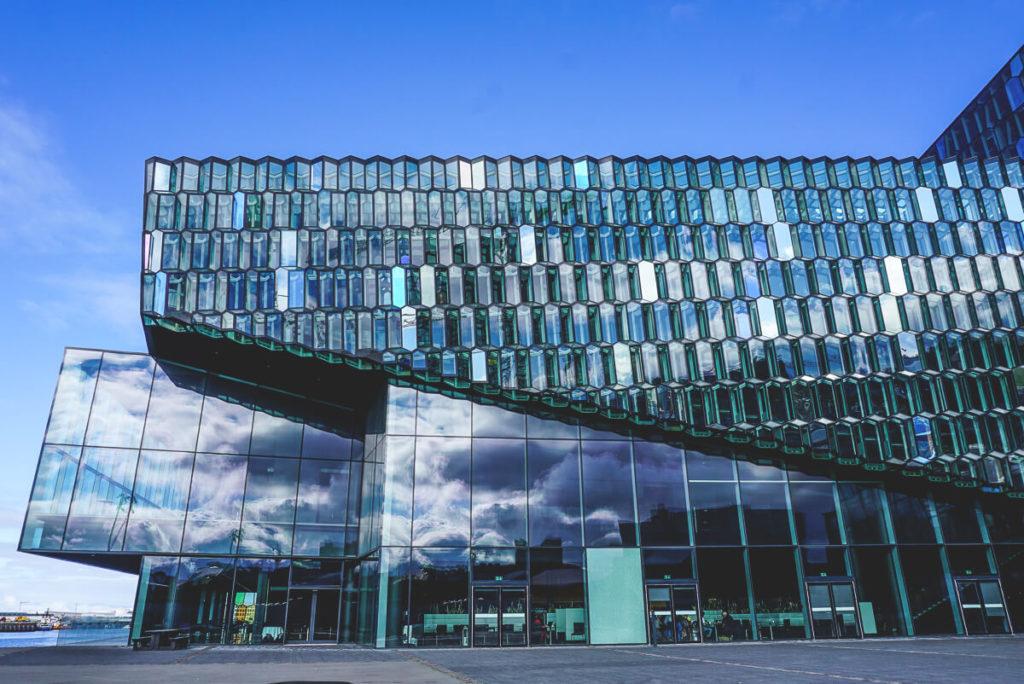 reykjavik-sehenswuerdigkeiten-konzerthalle-harpa-außenansicht