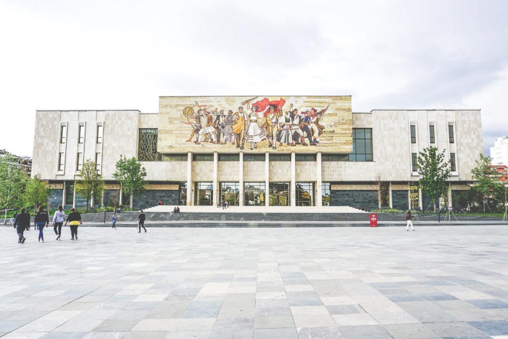 tirana-sehenswuerdigkeiten-museum-skanderbeg-platz