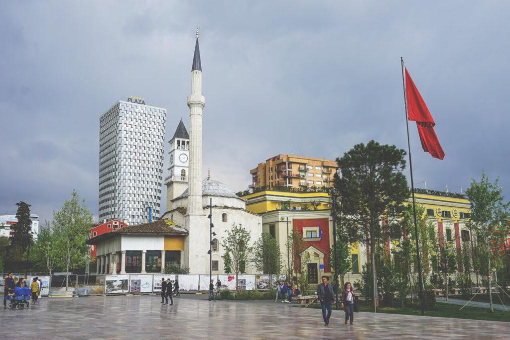 tirana-skanderbeg-platz-uhrturm-moschee