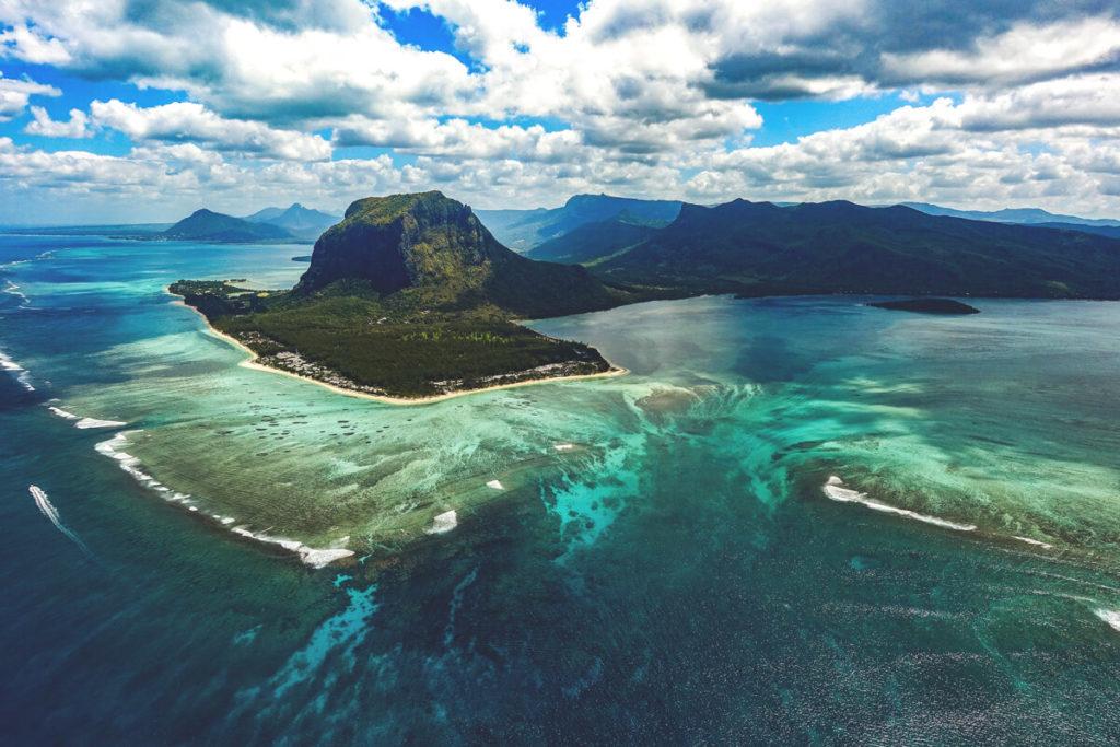 Mauritius-Ausfluege-Flug-Helikopter-Unterwasser-Wasserfall