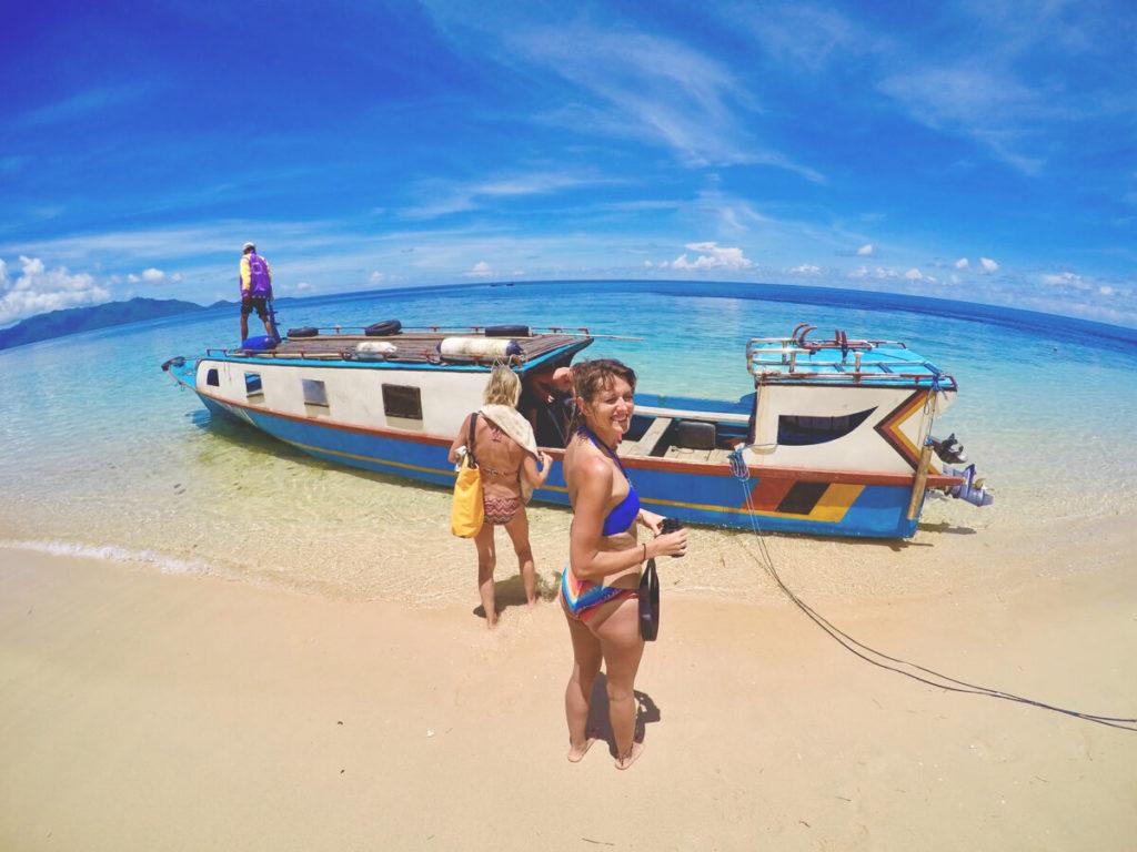Pulau-Hatta-Molukken-Strand-Boot