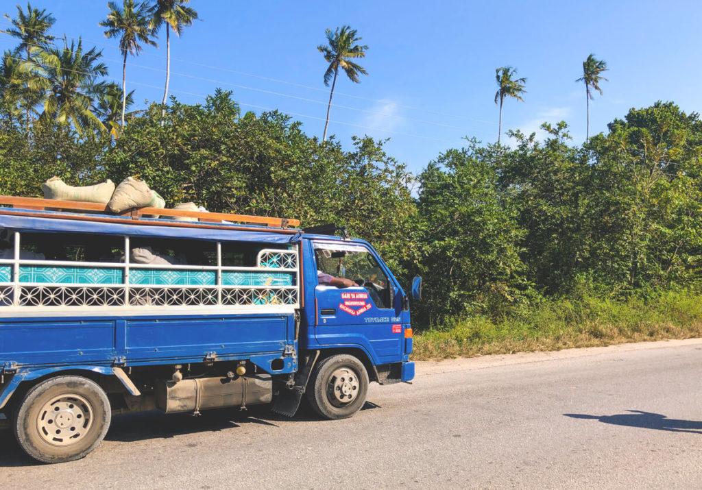 Sansibar-Rundreise-Verkehr-Straßen-Auto