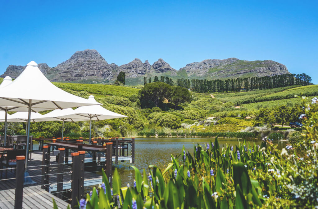Winelands-Suedafrika-Hidden-Valley-Wines-See-Berge
