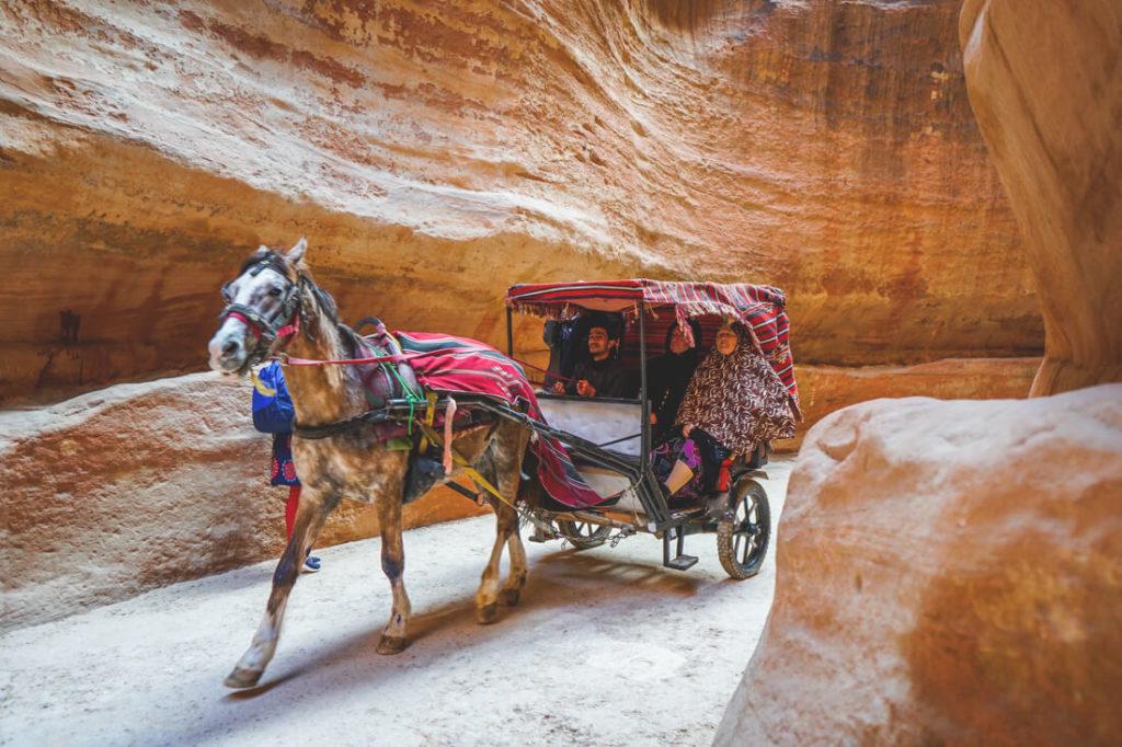 Felsenstadt-Petra-Jordanien-Pferdekutsche-Schlucht
