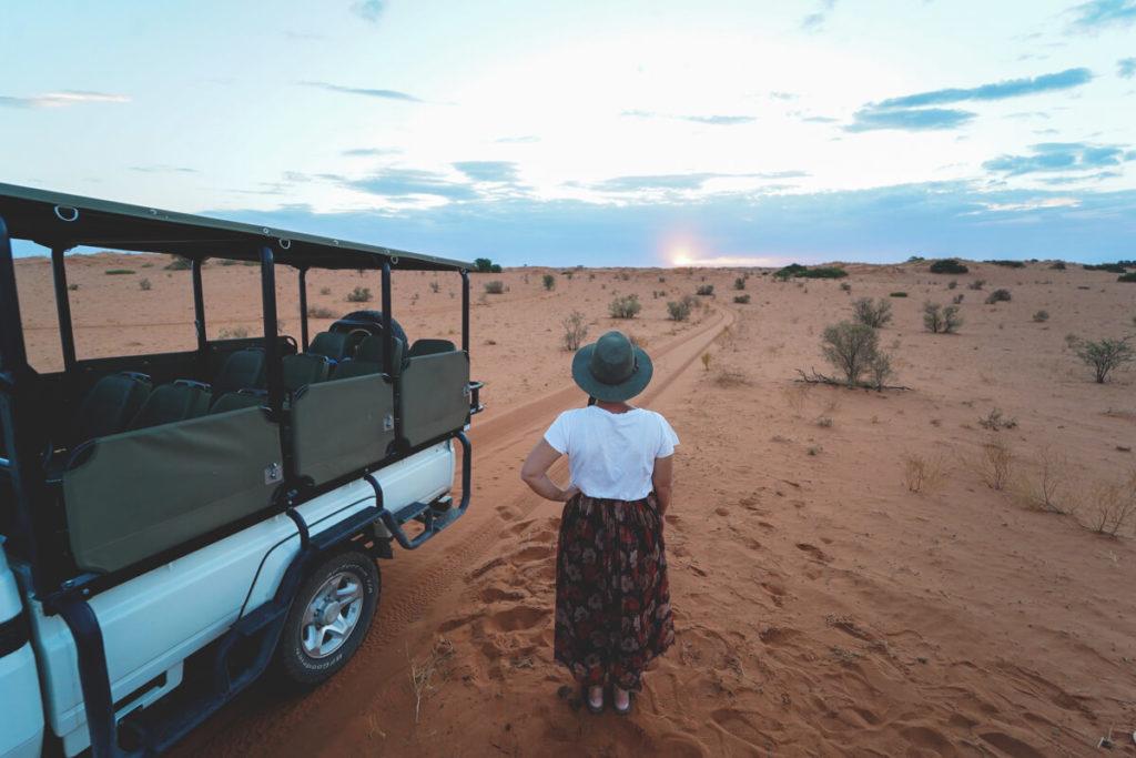 Sunset Drive in der Kalahari in Südafrika