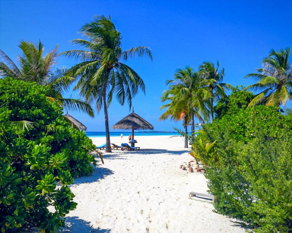 Malediven_reise-Kuredu-Weg-zum-Strand