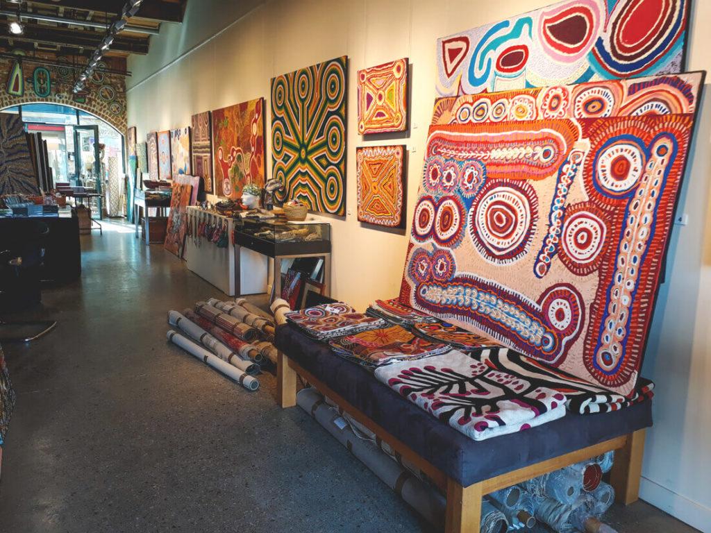 Tasmanien-Sehenswuerdigkeiten-Souvenirs-Aboriginis-Teppiche (1)