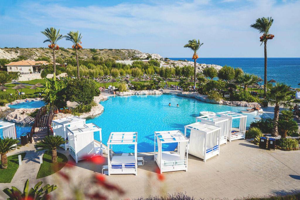 Rhodos-Sehenswuerdigkeiten-TUI-BLUE-Atlantica-Imperial-Resort-Pool-Garten