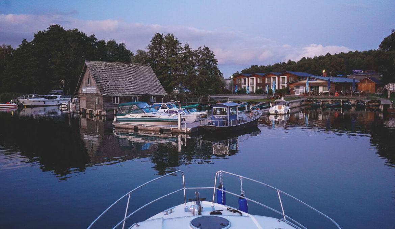 Die Mecklenburgische Seenplatte mit einem Hausboot erkunden