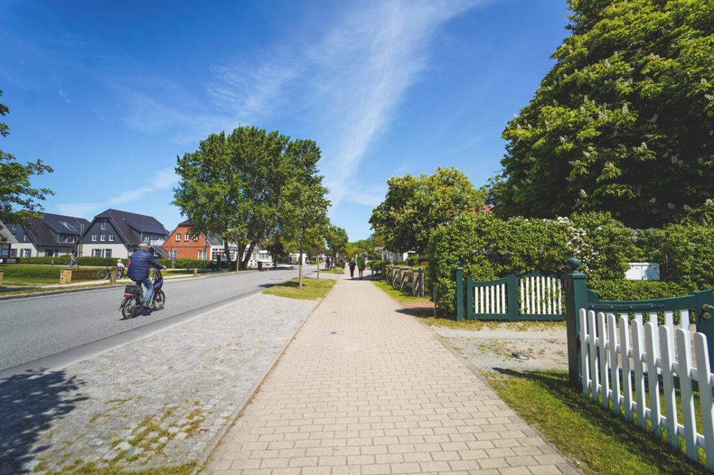 Ahrenshoop-Urlaub-am-Meer-Ostsee-Dorfstrasse