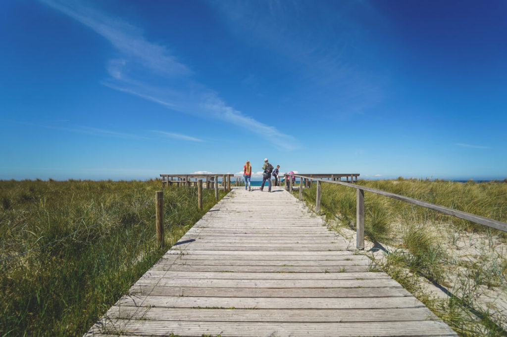 Ostseebad-Ahrenshoop-Holzsteg-Meer-Strand