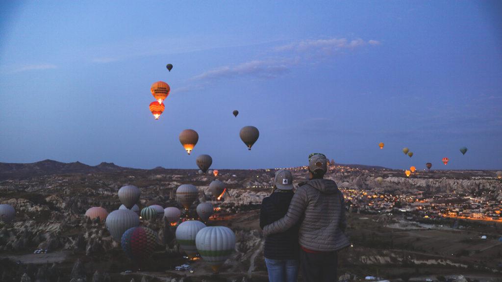 Kappadokien-in-der-tuerkei-heissluftballon-sonnenaufgang