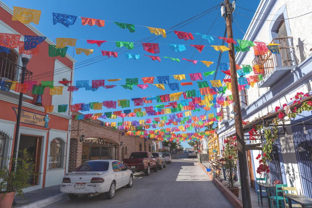 Todos-Santos-Strassen-Bunt-Baja-California-Mexiko